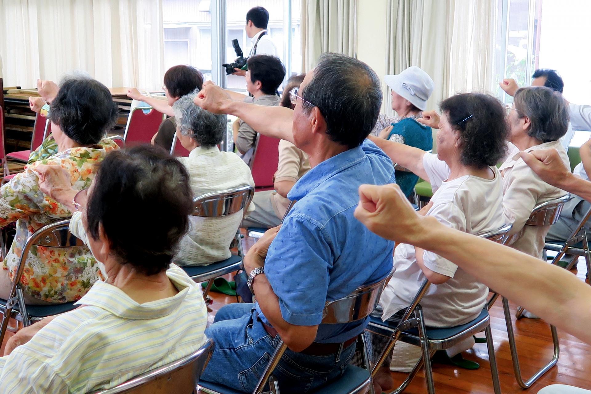 【高齢者体操】椅子に座ってできる!体操レクリエーションまとめ記事【全76種】